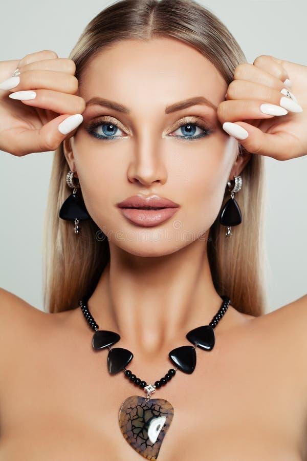 Visage femelle parfait Femme avec le maquillage, manucure image stock