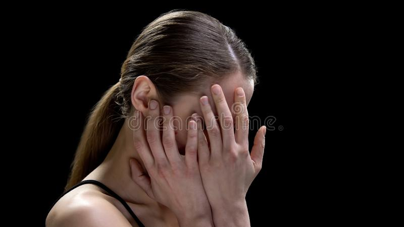 Visage fermant femelle, maladie mentale de souffrance, se sentant peu sûr et déprimé photos stock