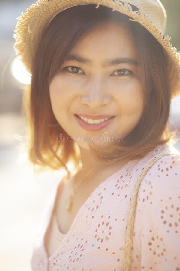 Visage haut étroit de visage de sourire toothy de belle femme asiatique avec photographie stock libre de droits