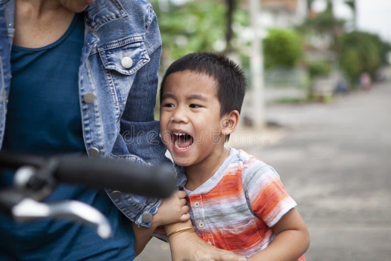 Visage haut étroit des enfants asiatiques pleurant avec émotion triste photo libre de droits