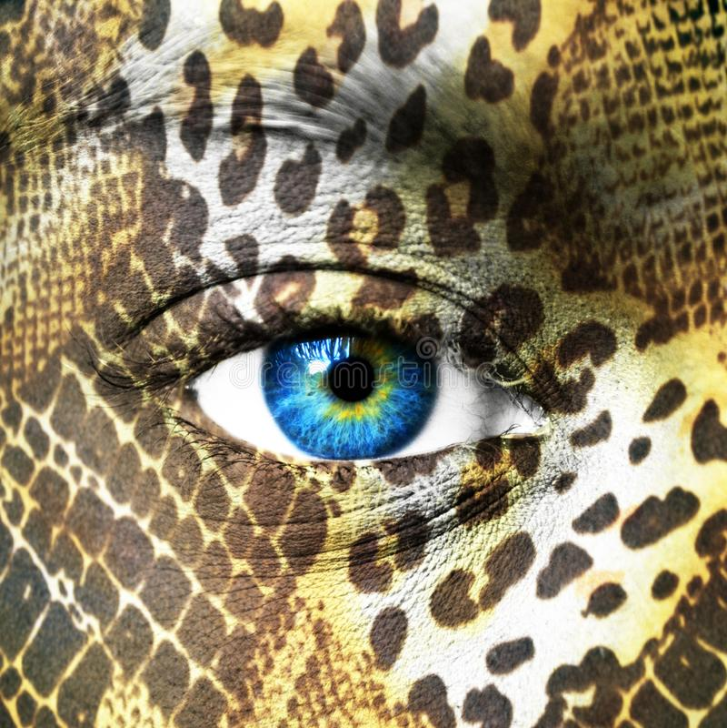 Visage humain avec les mod?les animaux images stock