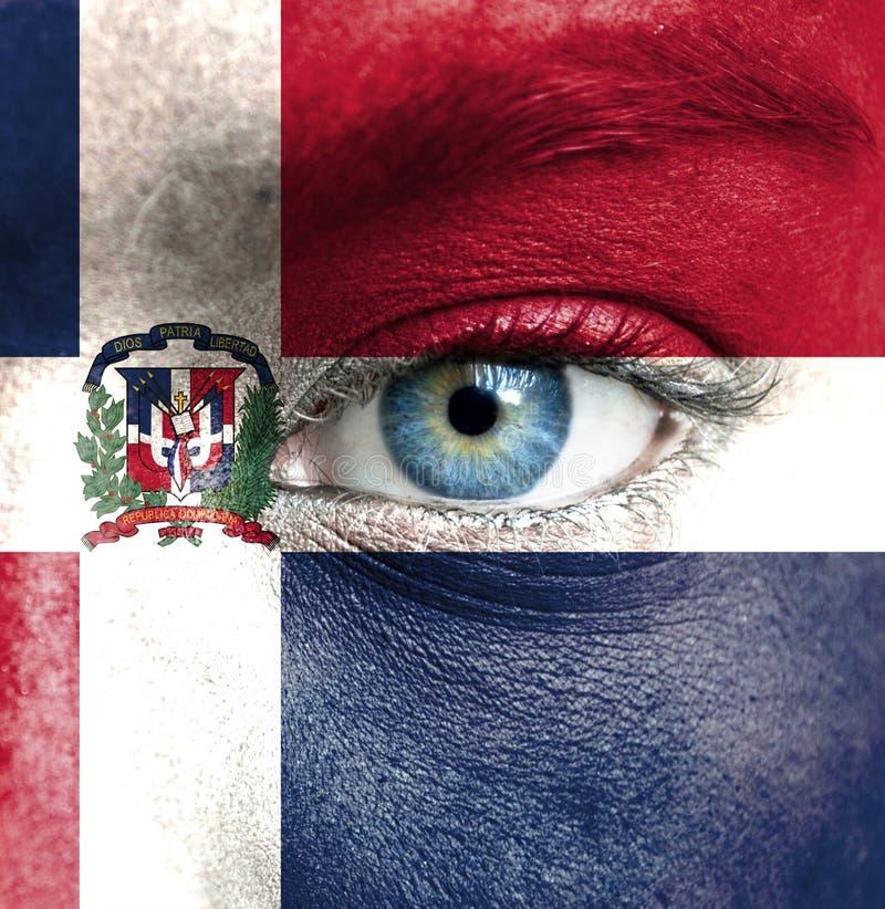 Visage humain peint avec le drapeau de la République Dominicaine  images stock