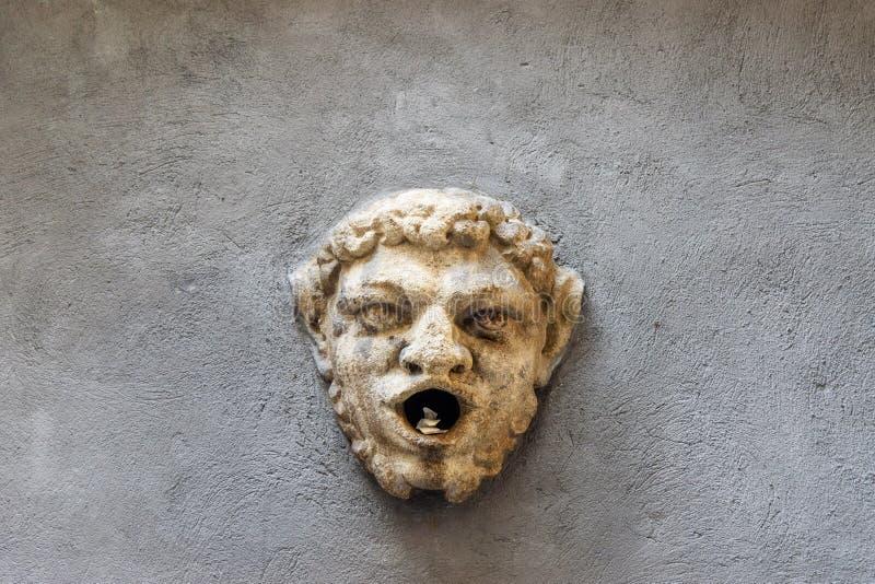 Visage médiéval avec la bouche ouverte sur le mur dessus sur la rue par l'intermédiaire d'Alla Rocca en Citta Alta Upper Town Ber photo stock