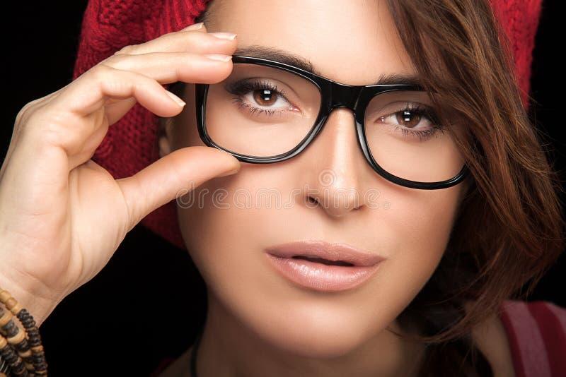Visage magnifique de jeune femme avec des lunettes Eyewear à la mode frais P photos stock
