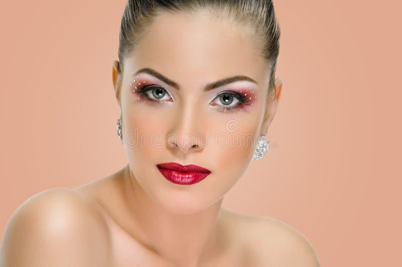 Visage modèle, maquillage de lèvres, boucle d'oreille photo stock