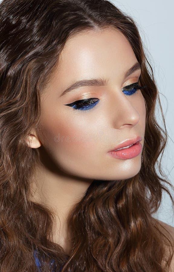 visage Nachdenkliche Frau mit blauem Wimperntuschen-und Feiertags-Make-up stockbild