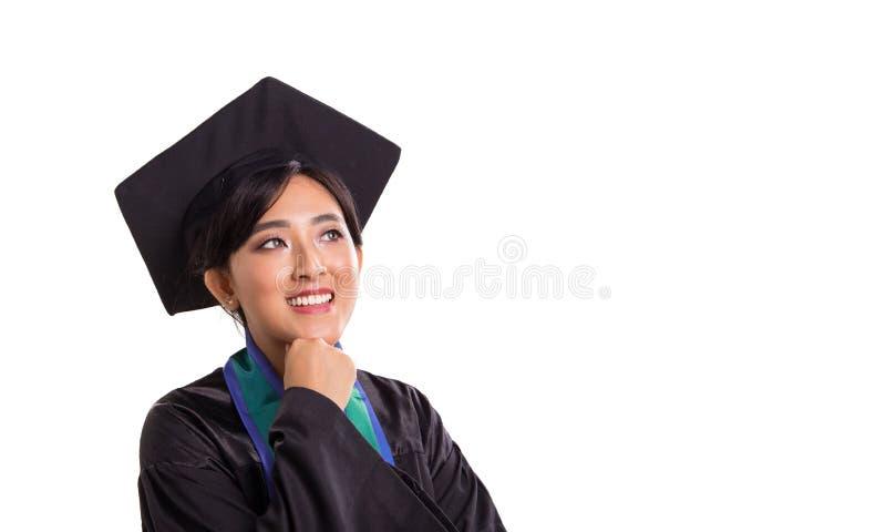 Visage optimiste d'étudiante de graduation regardant fixement le PS vide photo libre de droits