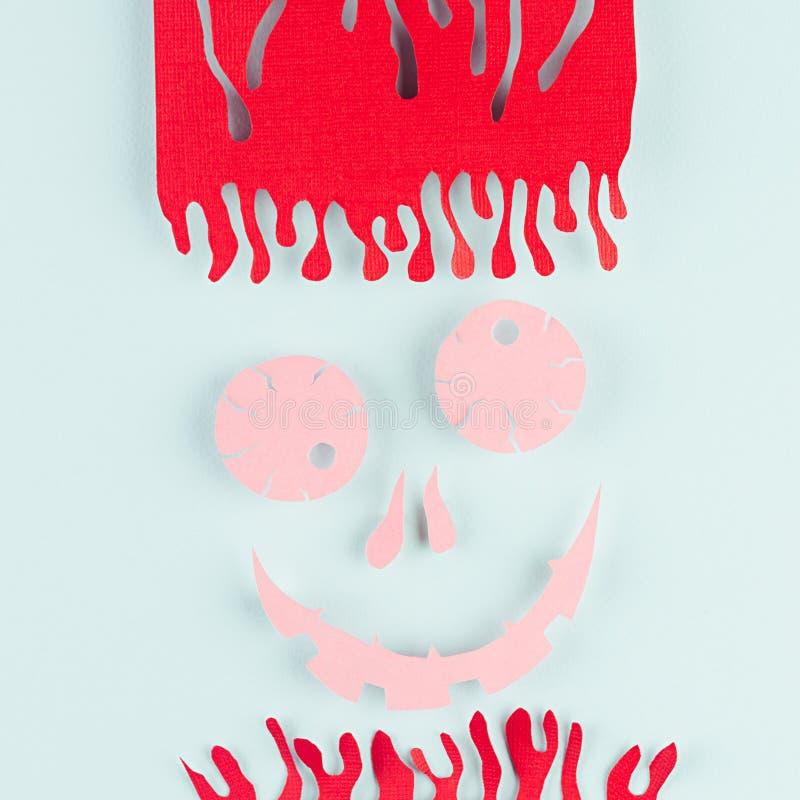 Visage rose effrayant terrible avec les cheveux ensanglantés du papier coupé sur le fond de menthe de pastel de lumière molle images libres de droits