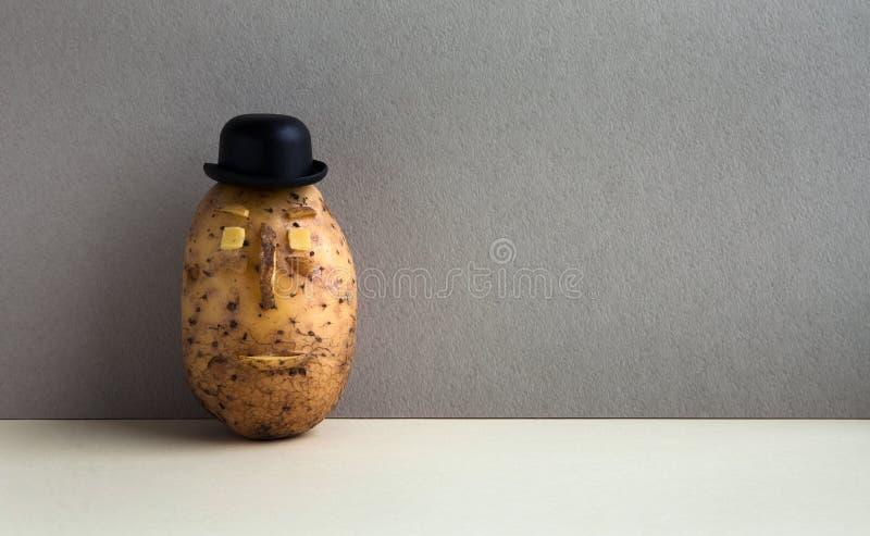 Visage sérieux de chapeau de lanceur de Senor Potato Légume démodé de style sur le fond gris de mur Copiez l'espace photos stock