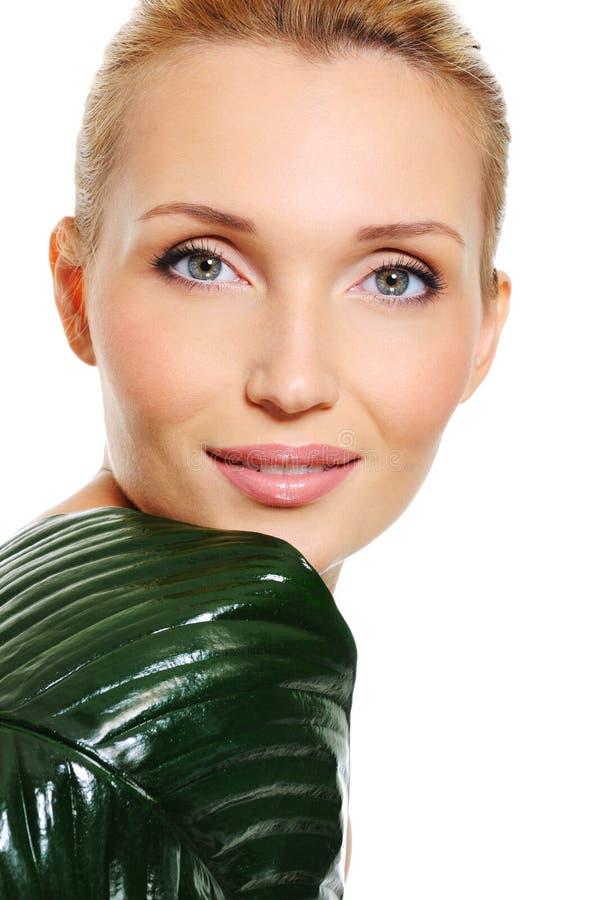 Visage sain d'un femme caucasien avec la lame verte photographie stock libre de droits