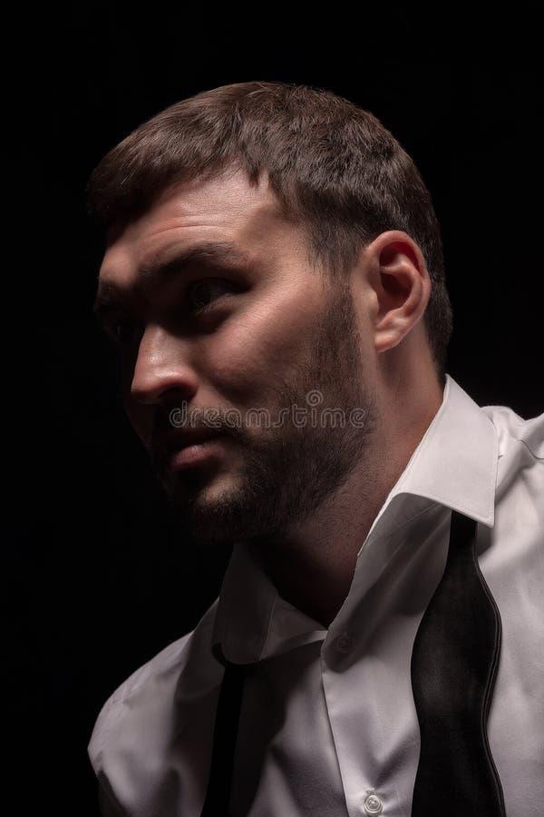 Visage sombre d'homme dans l'obscurité photo stock
