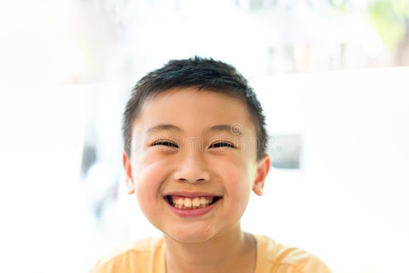 Visage souriant heureux de petit garçon Concept humain de portrait photos libres de droits