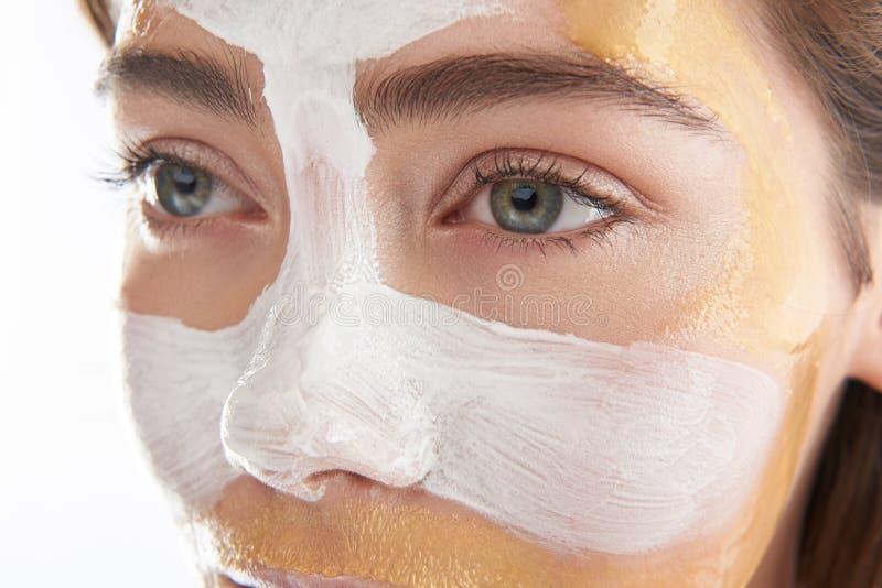 Visage supérieur de jolie femme avec le masque cosmétique photo stock