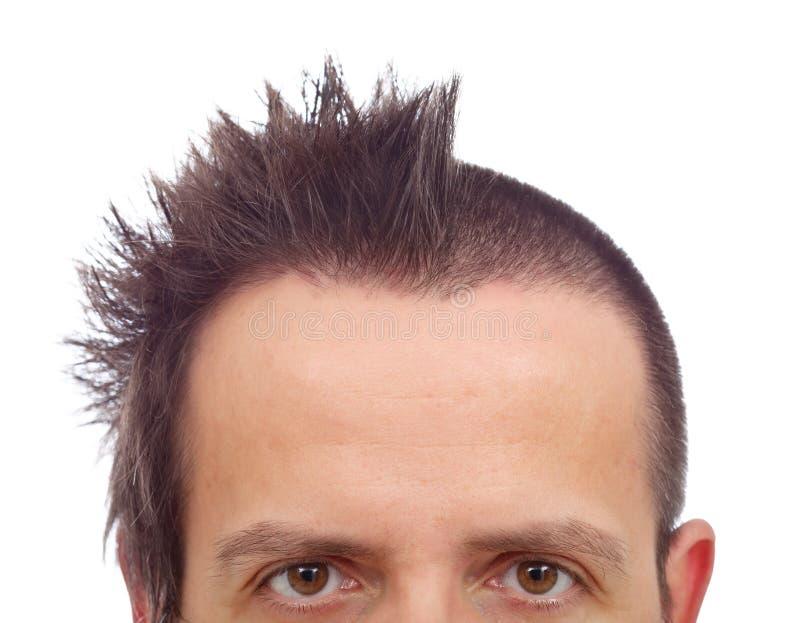 Visage supérieur masculin avec la coupe de cheveux drôle et copyspace sur grand f photo stock