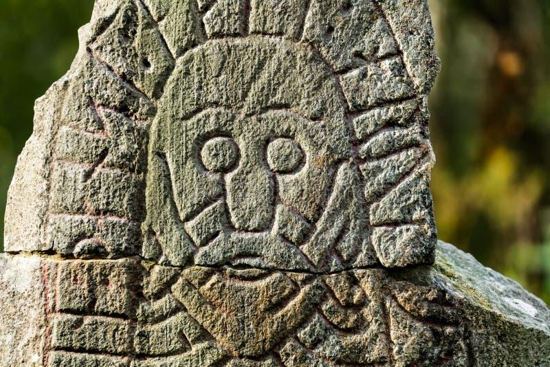 Visage sur une pierre de rune image stock
