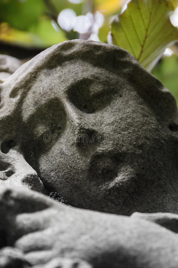 Visage usé dans le cimetière image stock