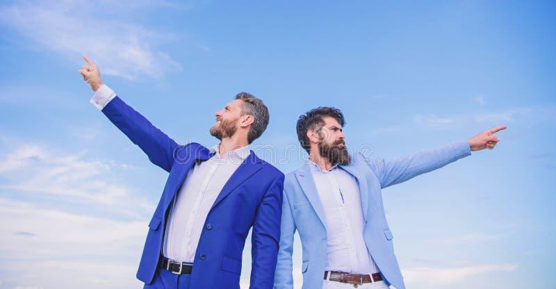 Visages barbus d'hommes d'affaires reculer pour soutenir le fond de ciel Directeurs formels de costume d'hommes se dirigeant aux  photo libre de droits