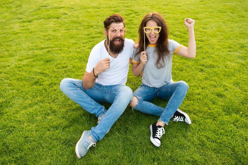 Visages gais de hippie barbu d'homme et de jolie femme Jour de la jeunesse Couples dans les appui verticaux gais de cabine de la  photo stock
