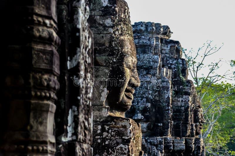 Visages sur des murs au Cambodge photographie stock