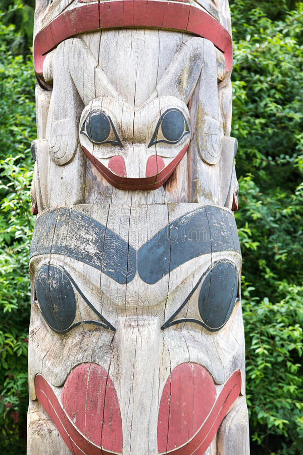 Visages sur le vieux totem image stock