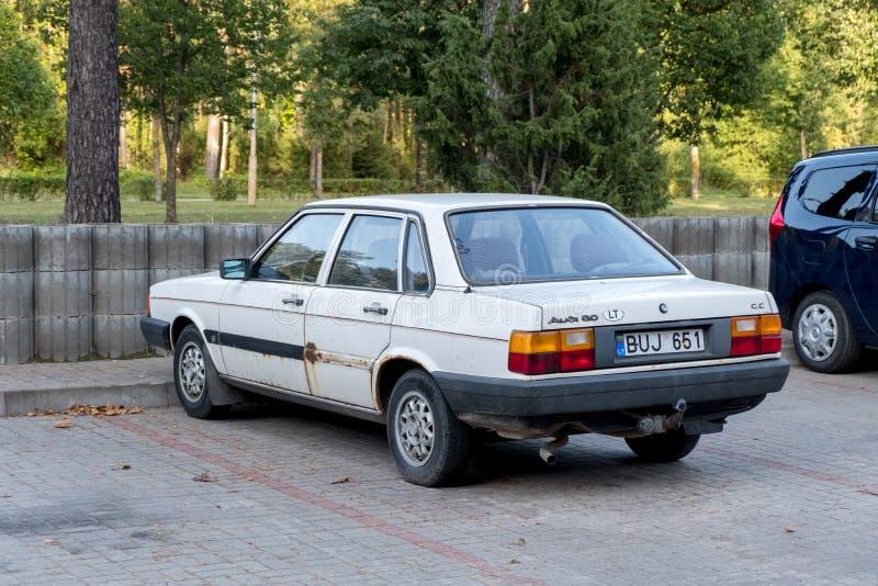 VISAGINAS, ЛИТВА - 23-ЬЕ СЕНТЯБРЯ 2017: Старый корабль автомобиля Audi 80 в Литве, городке Visaginas стоковые фотографии rf