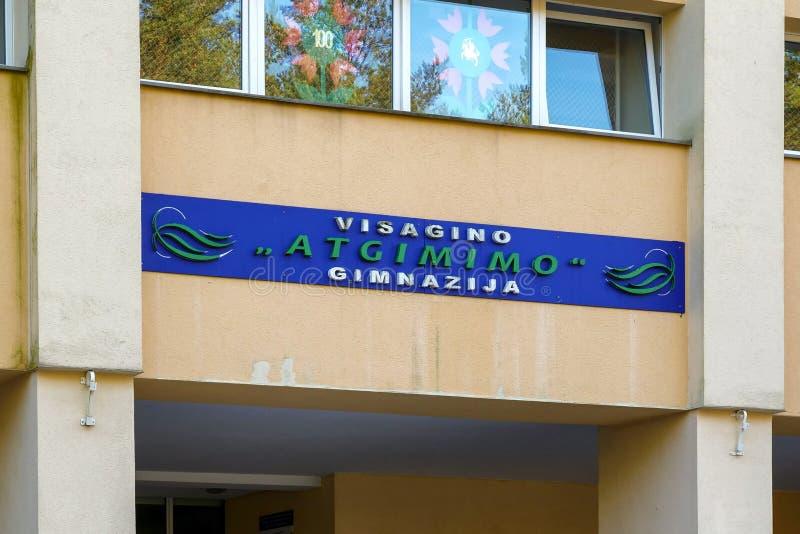Visaginas la Lituania 1° ottobre 2018: logo di gimnazija di atgimimo di visagino sulla costruzione della parete nel centro edific immagini stock libere da diritti