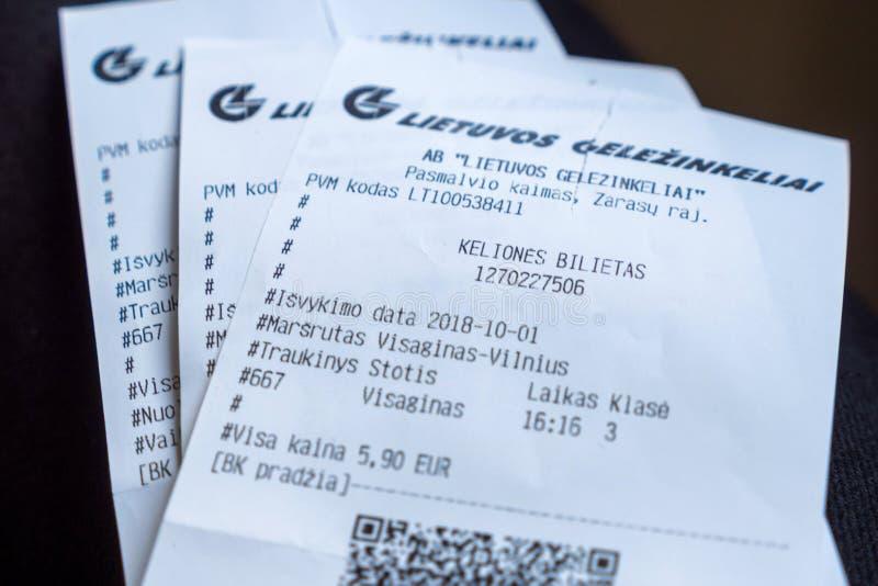 Visaginas Lithuanie le 1er octobre 2018 : Billets de train ferroviaires lithuaniens de Gelezinkelio Stotis pour le voyage des vis images libres de droits