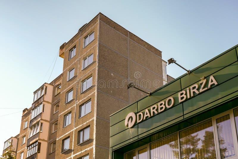 Visaginas Lituânia 1º de outubro de 2018: Logotipo do birza de Darbo na construção verde da parede no centro de cidade fotos de stock