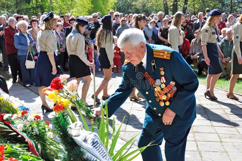 VISAGINAS, LITUÂNIA - 9 DE MAIO DE 2011: Um veterano da grande segunda guerra mundial patriótica no grau do coronel no uniforme c imagem de stock
