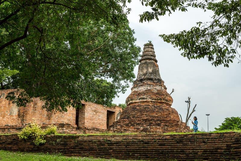 Visakabucha-Tagesfrauen, die um die alte Pagode in Wat Khun Inthapramun, Angthong, Thailand gehen lizenzfreies stockbild