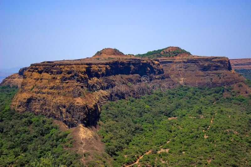 Visapur fort som ses från Lohagad, Malavali nära Pune royaltyfri fotografi