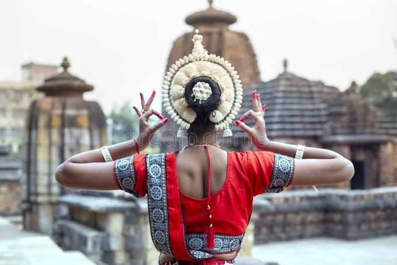 Visar den kvinnliga konstnären för den unga odissien hennes inre skönhet på den Mukteshvara templet, Bhubaneswar, Odisha, Indien royaltyfri bild