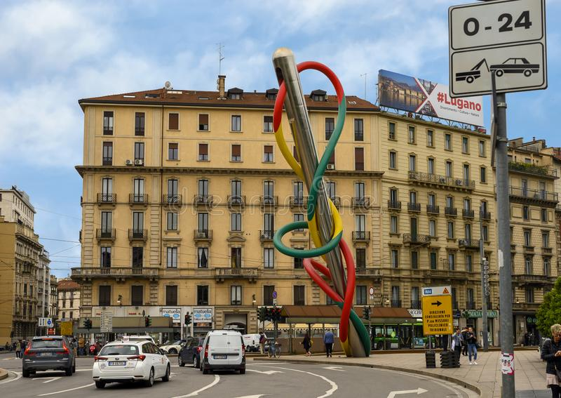 Visar- och trådskulptur, Pazzale Luigi Cadorna, Milan, Italien royaltyfria bilder