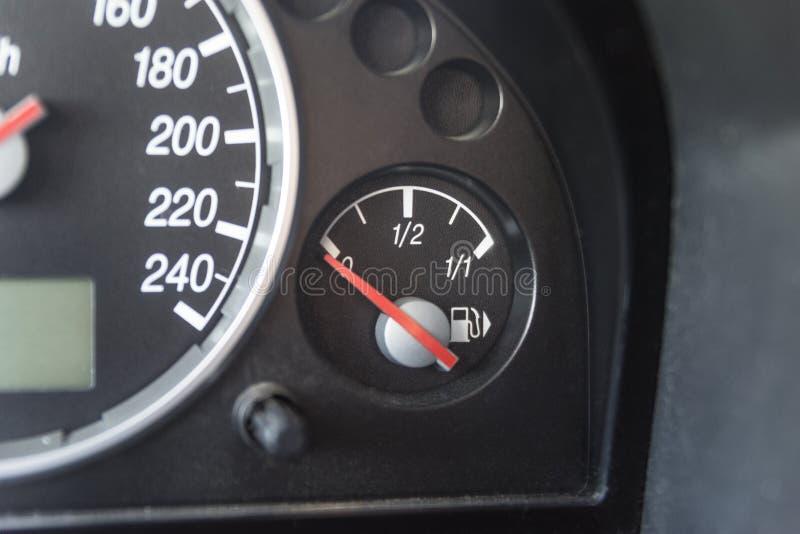 Visaren för bränslemåttet pekar tomt royaltyfria foton