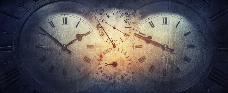 Visartavlorna av de gamla antika klassiska klockorna på en tappningpappersbakgrund Begrepp av tid, historia, vetenskap, minne, in royaltyfri foto