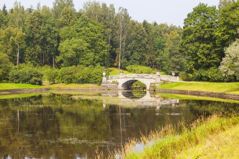 Visconti apedreja a ponte através do rio Slavyanka no parque Pavlovsk Rússia imagem de stock