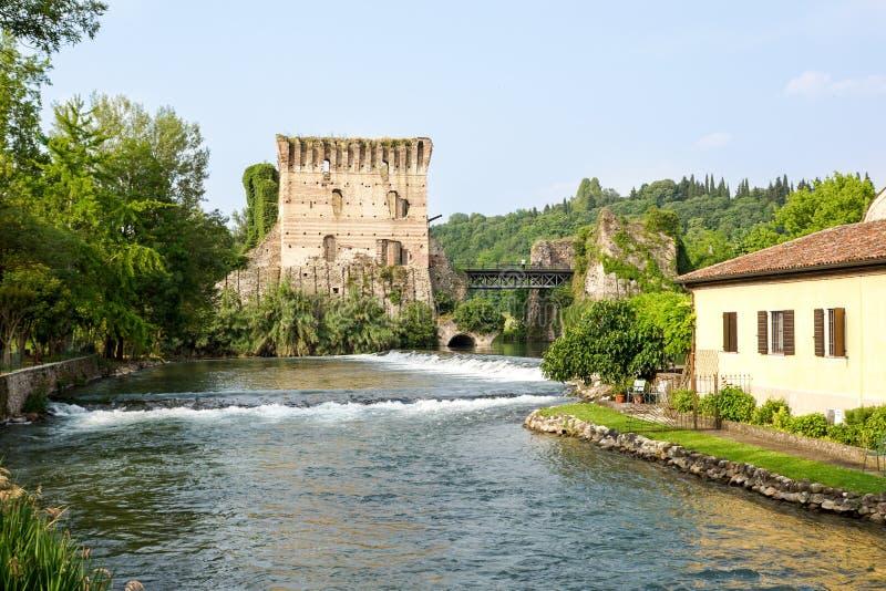 Visconti bro av Valeggio sul Mincio på Borghetto med reflexioner i den Mincio floden, Italien arkivfoto
