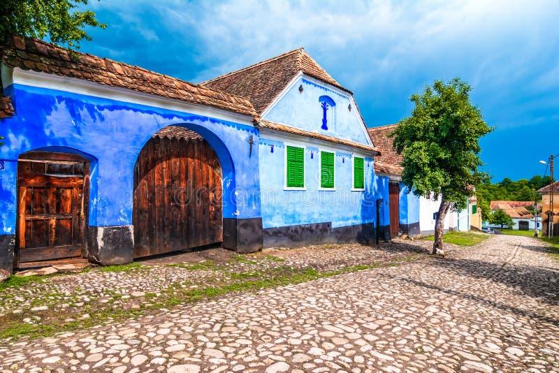 Viscri,布拉索夫,罗马尼亚:蓝色从力的被绘的传统房子 库存照片