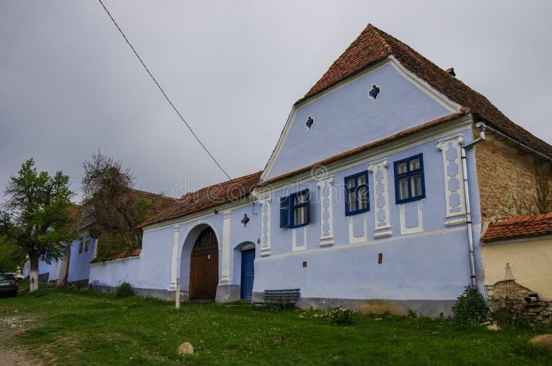 Viscri by i Transylvania, Rum?nien gammalt lantligt saxon arkitekturarv, gator av den medeltida byn i Rumänien turism arkivfoton