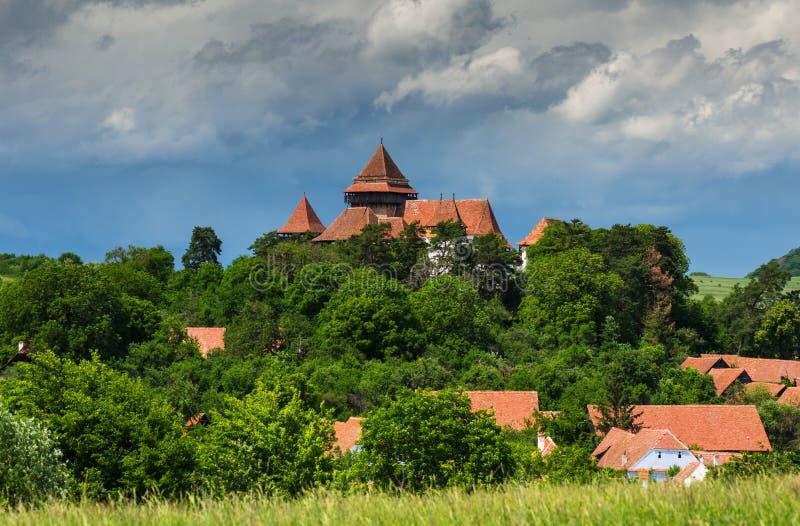 Viscri by och stärkt kyrka, Transylvania, Rumänien royaltyfria foton