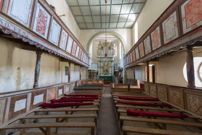 Viscri stärkte kyrkan, en sikt inifrån kyrkan royaltyfri foto