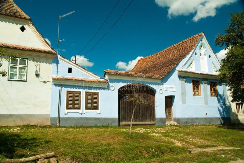 Viscridorp en versterkte kerk van Viscri, Transsylvanië, ROM stock fotografie