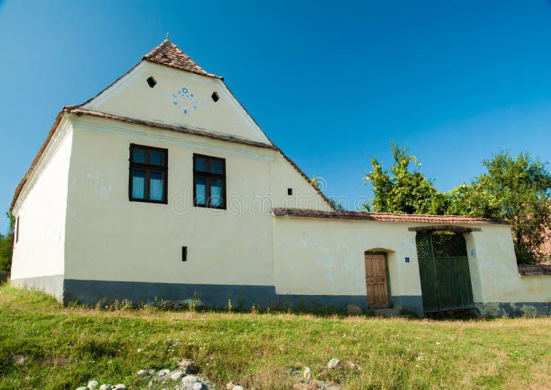 Viscridorp en versterkte kerk van Viscri, Transsylvanië, ROM stock afbeeldingen