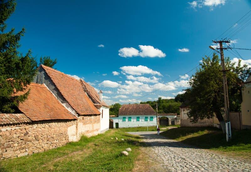 Viscridorp en versterkte kerk van Viscri, Transsylvanië, ROM stock foto