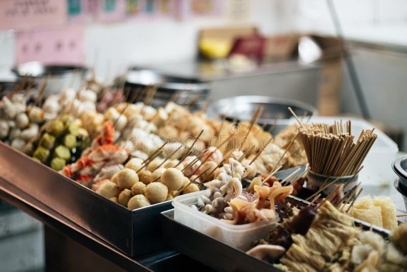 Viscroquetje en zeevruchtenvleespen in lokale de straatmarkt van Macao stock foto's