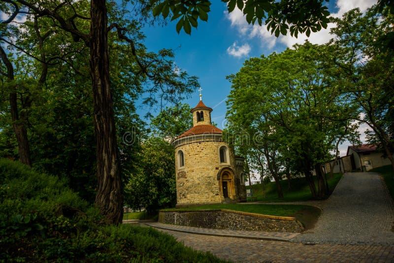 Visegrad, Прага, чехия: Красивый парк и старые здания стоковая фотография rf