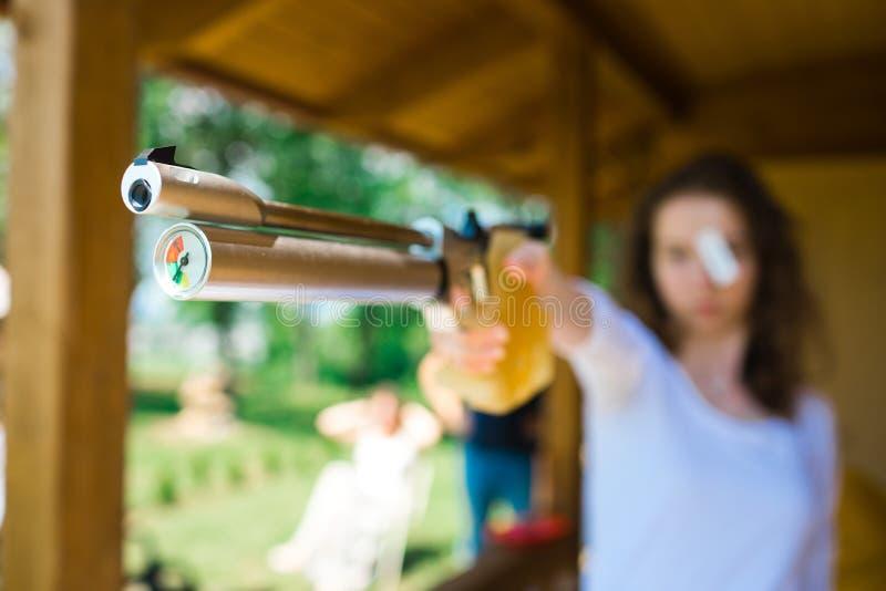 Viser le tireur de sport, le d?tail sur le compensateur et la mesure d'air image libre de droits