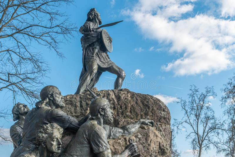 VISEU, PORTUGAL - CIRCA FEBRERO DE 2019: La estatua Cava de Viriato, jefe militar lusitano llevó a la gente contra el dominio eso imagen de archivo