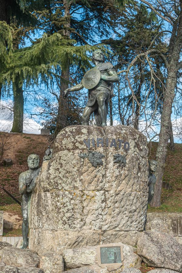 VISEU, PORTUGAL - CIRCA FEBRUARI 2019: Cava DE Viriato standbeeld, Lusitanian militaire leider leidde de mensen tegen de heerscha stock foto