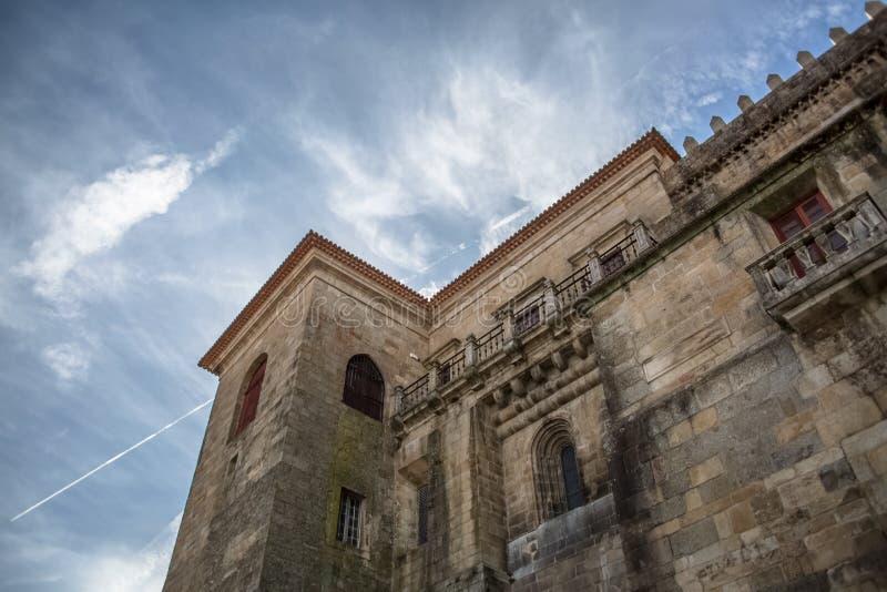 Viseu / Portugal - 04 16 2019 : Vista detallada en la fachada trasera de la Catedral de Viseu, Se Catedral de Viseu, arquitectura fotografía de archivo libre de regalías